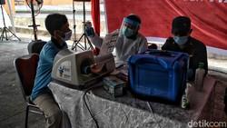 Program vaksinasi COVID-19 massal digelar di Pelabuhan Sunda Kelapa. Vaksinasi massal tersebut menyasar para pekerja pelabuhan dan warga sekitar.