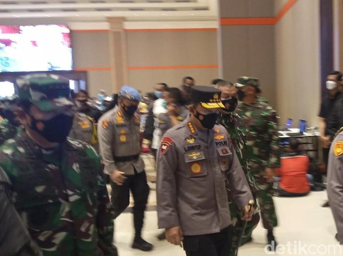 Kapolri dan Panglima TNI meninjau pelaksanaan vaksinasi massal di Bandung.