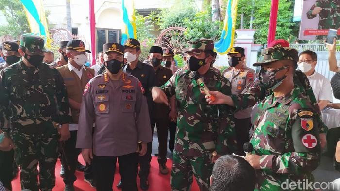 Kapolri Jenderal Listyo Sigit Prabowo dan Panglima TNI Marsekal Hadi Tjahjanto datang ke Lamongan. Mereka memantau penanganan kasus COVID-19 klaster hajatan di Desa Sidodowo, Kecamatan Modo.