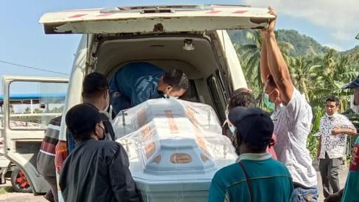 Kepsek korban penusukan orang tua murid di NTT, DA (59) disemayamkan.