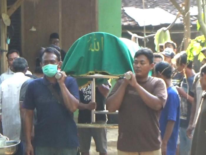 Tiga warga Dusun Bago, Desa Sidem, Kecamatan Gondang, Tulungagung keracunan setelah mengkonsumsi umbi gadung. Satu di antaranya meninggal dunia.