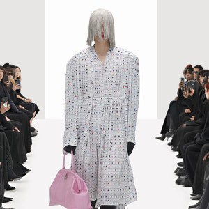 10 Koleksi Terbaru Balenciaga Spring 2022, Diperagakan Model Kloning