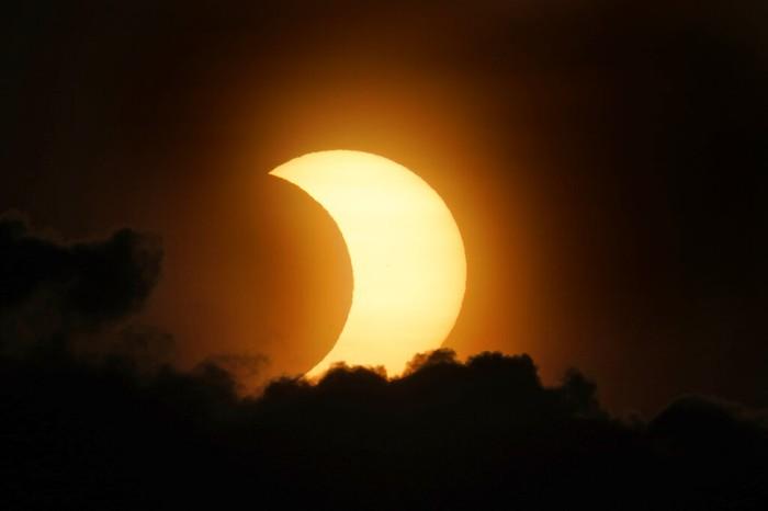 Fenomena gerhana matahari cincin terlihat di langit berbagai negara dunia. Fenomena gerhana matahari cincin itu terlihat di New York hingga Kanada. Ini fotonya.