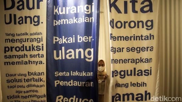 Seorang pengunjung melihat pameranBumi Rumah Kita yang digelar di salah satu pusat perbelanjaan di Jakarta, Kamis (10/6/2021).