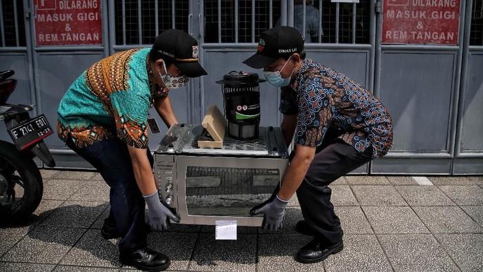 Warga DKI kini tidak perlu bingung lagi dengan limbah elektronik. Limbah elektronik itu kini diambil petugas melalui program e-Waste.