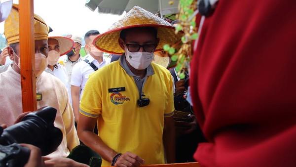 Sandiaga Uno mendukung desa wisata Pasar Paloh Naga dalam memajukan ekonomi rakyat.