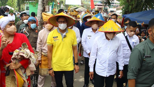 Menteri Pariwisata dan Ekonomi Kreatif, Sandiaga Salahuddin Uno mengunjungi Wisata Pasar Paloh Naga, Desa Wisata Denai Lama, Kecamatan Pantai Labu, Deliserdang, Rabu (9/6).