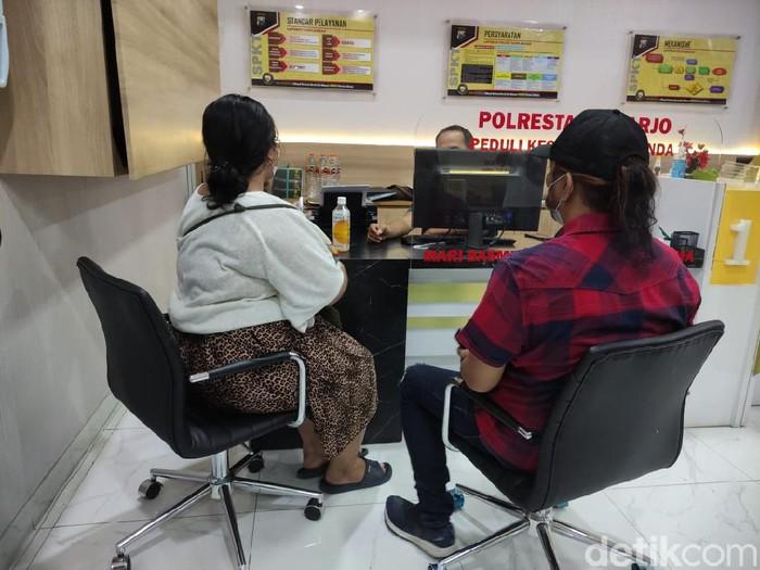 AMN (16) warga Medokan Ayu Surabaya melaporkan debt collector ke Polresta Sidoarjo. Sebab, motor Honda PCX yang ia kendarai diambil paksa dan ia diterlantarkan di Sidoarjo