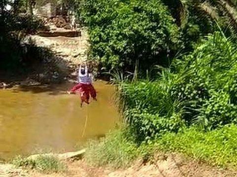 Murid SD di Riau nyeberang sungai bak flying fox