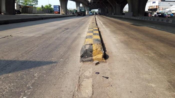 Pembatas Jalan di depan Halte Bus Airin di Jl Raya Cilincing, yang belum dipasang rambu. Jadi tempat rawan kecelakaan.