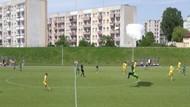 Momen Penerjun Payung Mendarat Darurat di Tengah Laga Sepakbola