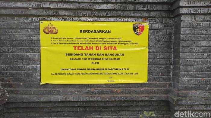 Petugas saat menempel stiker dan spanduk sita di rumah politikus PDIP Blora Teguh Kristianto, Kamis (10/6/2021)