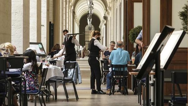 Tanpa vaksin, sebagian besar pengunjung non Uni Eropa harus memiliki alasan kuat untuk mengunjungi Paris. Mereka juga harus melakukan karantina (AP)