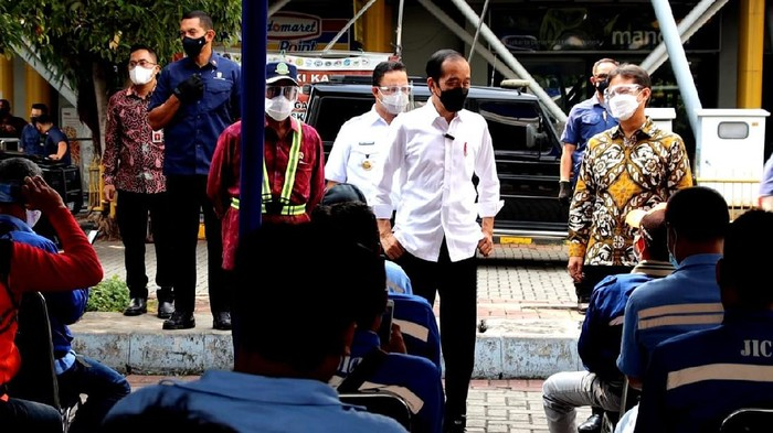 Presiden Jokowi-Menkes Budi Gunadi saat meninjau vaksinasi di Tanjung Priok