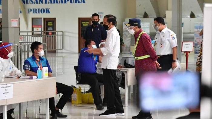 Presiden Jokowi meninjau vaksinasi di lingkungan pelabuhan di Sunda Kelapa dan Tanjung Priok, Kamis (10/6/2021).