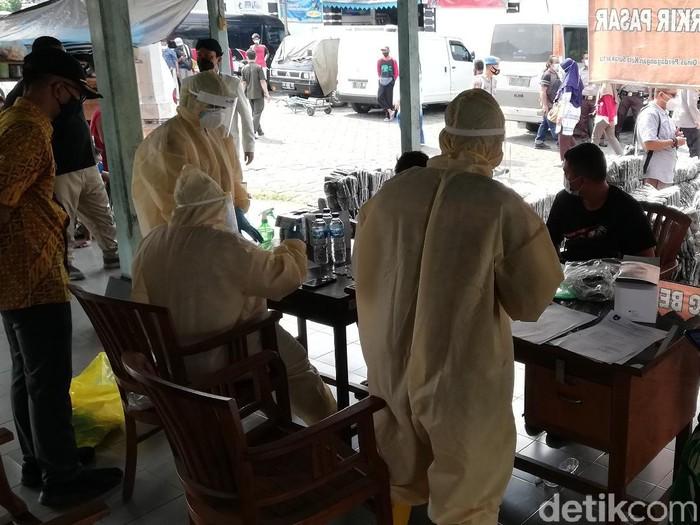 Puluhan pedagang dari luar kota di Pasar Cinderamata Solo dites swab, Kamis (10/6/2021).