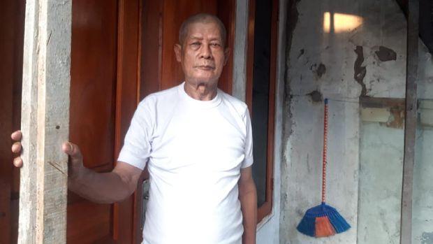 Samin, warga Cakung Barat yang terdampak gangguan air PAM.