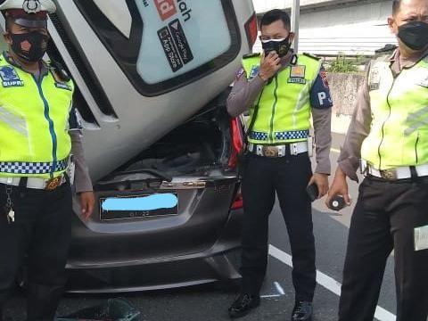 Sebuah bus mengalami kecelakaan di tol Krapyak, Kota Semarang, dan menimpa sebuah mobil, Kamis (10/6/2021).