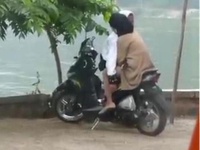 Sebuah video sejoli ciuman di Telaga Ngebel Ponorogo viral di media sosial. Satpol PP setempat akan menggelar patroli agar kejadian serupa tak terulang.
