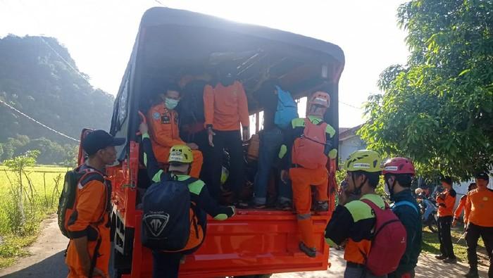 Tim SAR saat menemukan pendaki wanita Eva (24) yang hilang di Gunung Abbo.