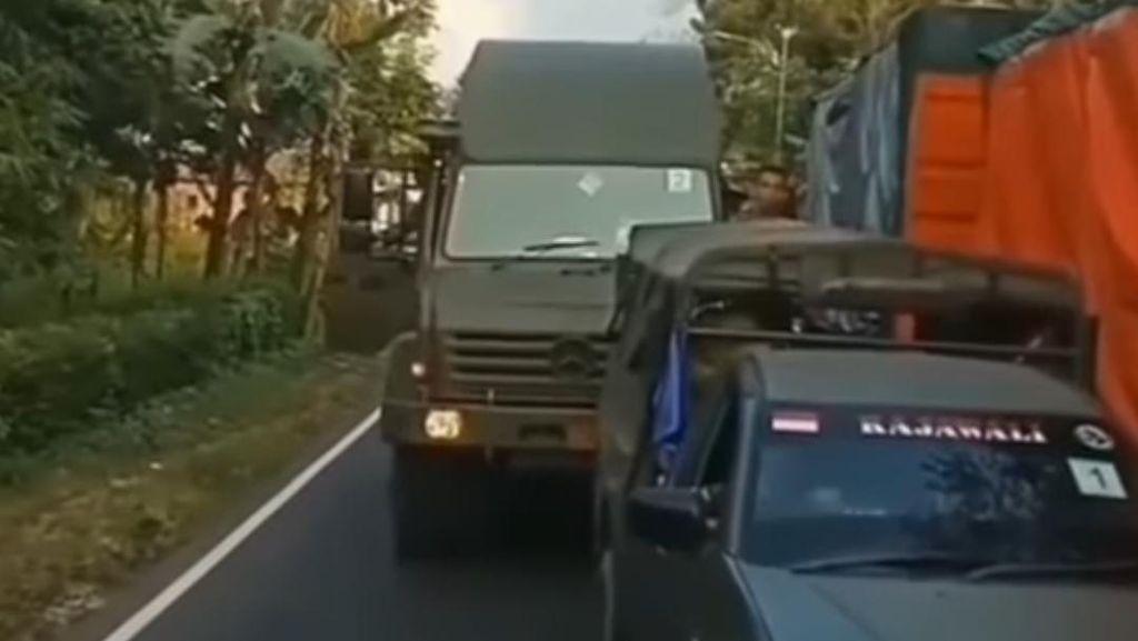 Heboh Sopir Truk di Lumajang Tak Beri Jalan ke Mobil TNI: Ora Bakal Minggir