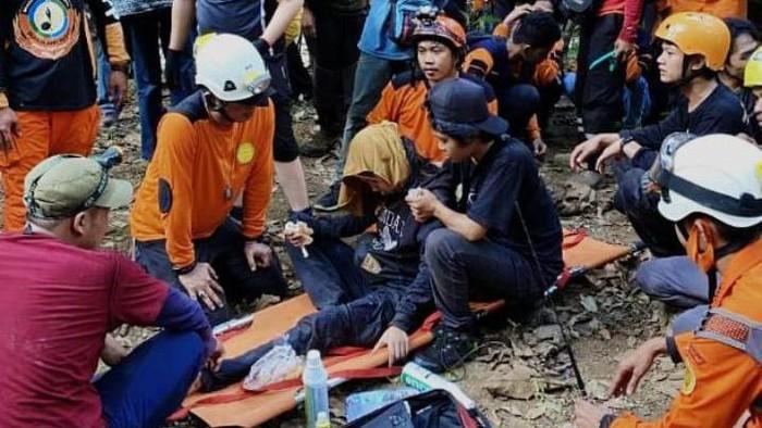 Wanita pendaki Eva (24) saat ditemukan tim SAR di Gunung Abbo,  Maros, Sulsel (dok. Istimewa).