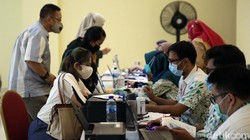 Kemenkes izinkan vaksinasi Corona pada penduduk berusia 18 tahun ke atas. Warga DKI Jakarta berusia di atas 18 tahun kini sudah bisa mendapatkan vaksin COVID-19