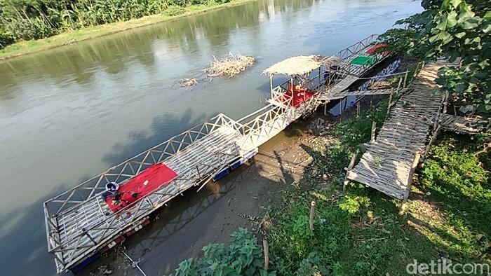 Warung Makan di Tepi Sungai Brantas