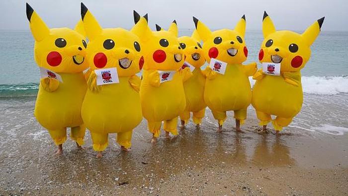 Sejumlah karakter Pikachu menggelar aksi demo menentang pembakaran batu bara oleh pemerintah jepang.
