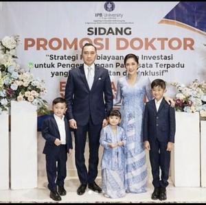 7 Potret Aliya Rajasa Berkebaya Biru Dampingi Ibas Yudhoyono Sidang S3