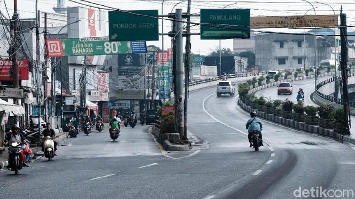Begini potret pemotor yang melawan arah di  Ciputat, Tangerang Selatan, Banten. Kejadian ini rupanya bukan sekali saja terjadi di lokasi.