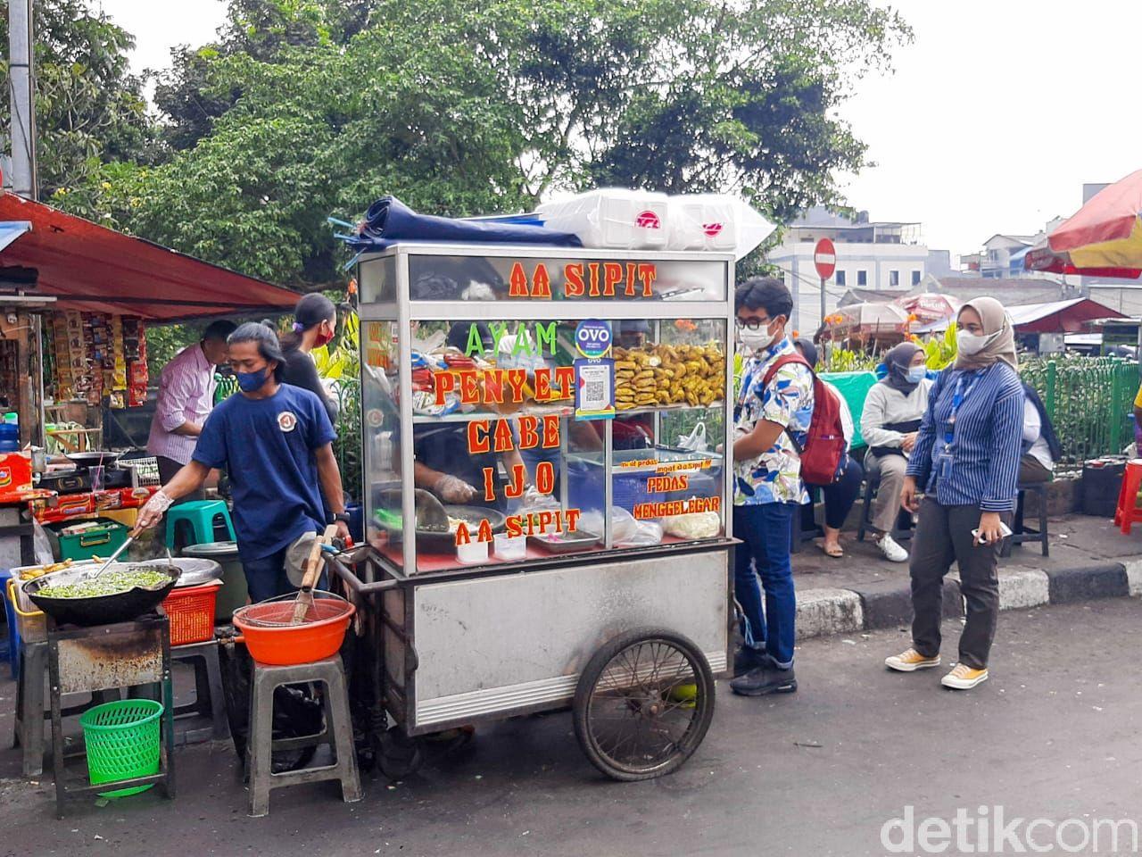 Ayam Penyet Cabe Ijo Aa Sipit Viral di Grand Indonesia. Sehari Bisa Habiskan 50 Kg Cabai Rawit Hijau dan 1.000 Potong Ayam.
