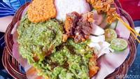 Pedas Nyengat Ayam Penyet Cabe Ijo yang Viral di Grand Indonesia!