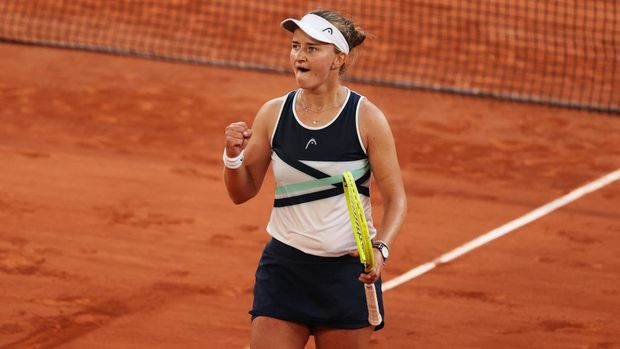 PARIS, FRANCE - JUNE 10: Barbora Krejcikova of The Czech Republic celebrates victory after winning her Semi-Final Women's Singles match against Maria Sakkari of Greece during Day Twelve of the 2021 French Open at Roland Garros on June 10, 2021 in Paris, France. (Photo by Clive Brunskill/Getty Images)