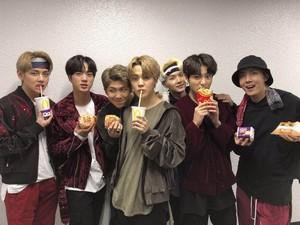 Demam BTS Meal Sampai Ojol Antre di Indonesia Bikin Netizen Korea Takjub