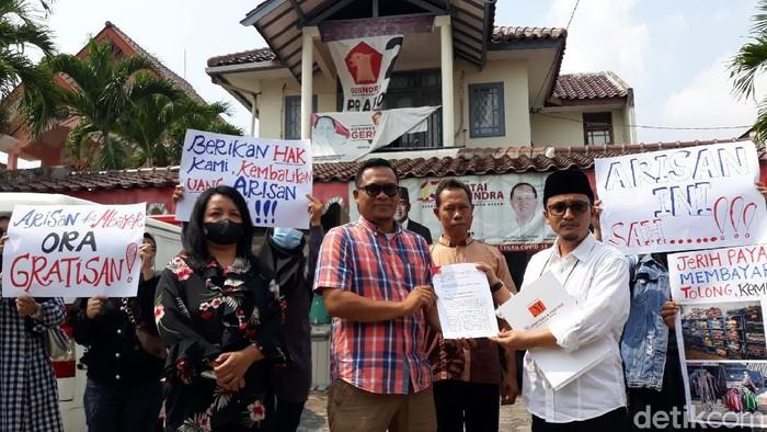 Emak-emak korban penipuan arisan online Hoki mengadu ke Gerindra DIY. Mereka minta bantuan mediasi dengan istri salah satu kader Gerindra Bantul, umat (11/6/2021)