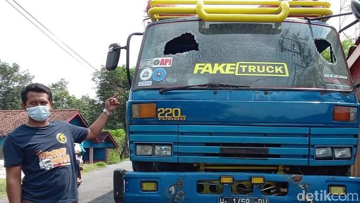 Kaca truk tronton pecah dan berlubang akibat teror lempar batu oleh orang tak dikenal di Klaten, Jumat (11/6/2021).