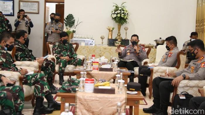 Kasus COVID-19 di Bangkalan melonjak hingga Madura mendapat perhatian Panglima TNI dan Kapolri. Dalam kunjungannya ke Jatim, mereka memberikan arahan untuk penanganan.