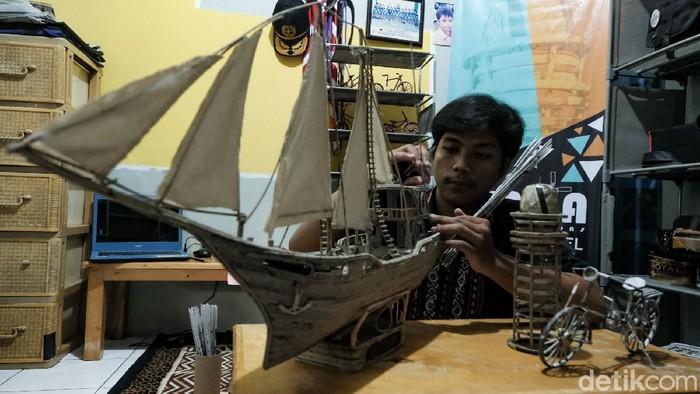 Di tangan Hadid Aulia, koran bekas bisa disulap menjadi barang bernilai tinggi. Salah satu karyanya adalah miniatur kapal pinisi.