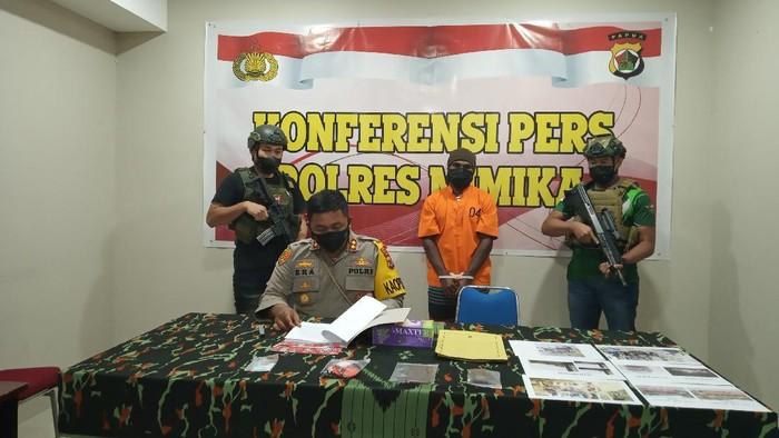 Konferensi pers penangkapan Mairon Tabuni, anak buah KKB Nau Waker di Mapolres Mimika