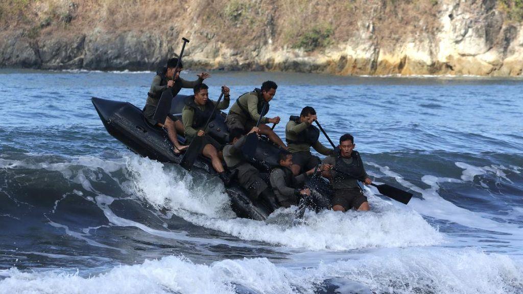 Marinir Indonesia-AS Latihan Menembus Ganasnya Gelombang Selat Bali
