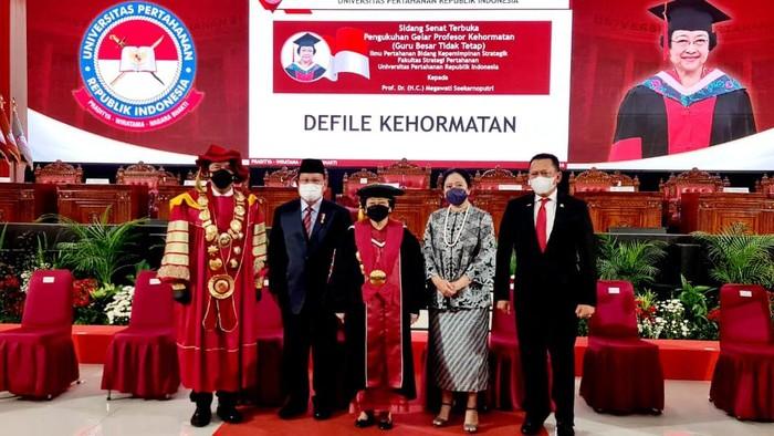 Megawati berfoto bersama dengan Prabowo, Budi Gunawan, dan Puan