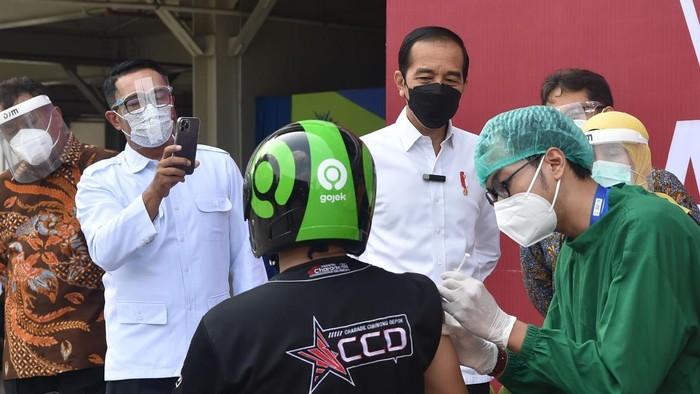 Presiden Jokowi didampingi jajaran menteri meninjau vaksinasi COVID-19 di Depok, Jawa Barat.