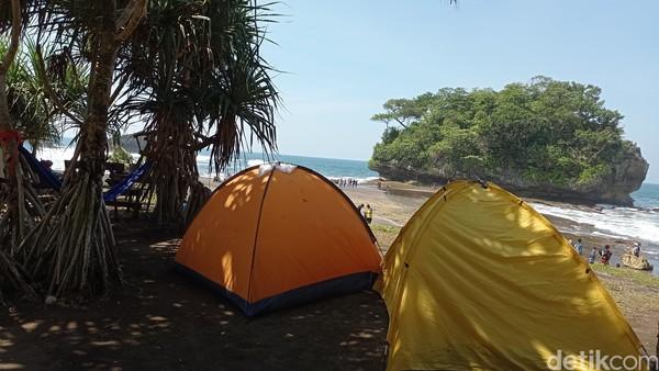 Pantai Madasari juga memiliki lokasi camping ground atau lokasi berkemah yang luas. Berkemah di tepi pantai tak kalah seru dengan berkemah di gunung.