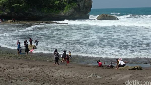 Keberadaan lahan-lahan kosong tepi pantai, cocok digunakan untuk acara gathering.