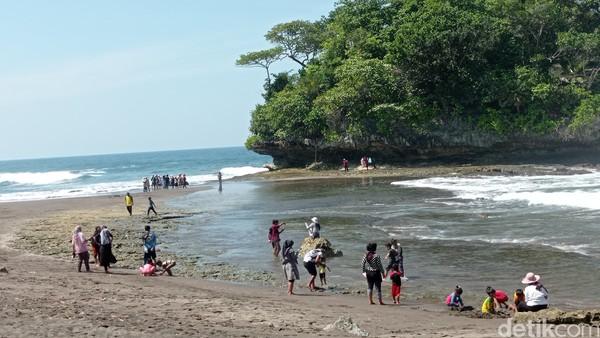 Keindahan alam pantai Madasari kerap dimanfaatkan menjadi lokasi pemotretan untuk kebutuhan prewedding atau foto model.