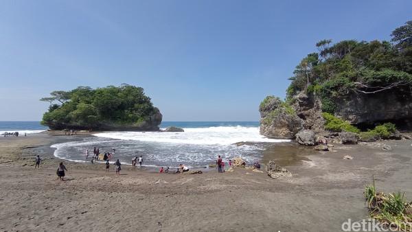 Pantai Madasari terletak sekitar 40 kilometer dari pantai Pangandaran atau sekitar 10 kilometer dari pantai Batukaras.