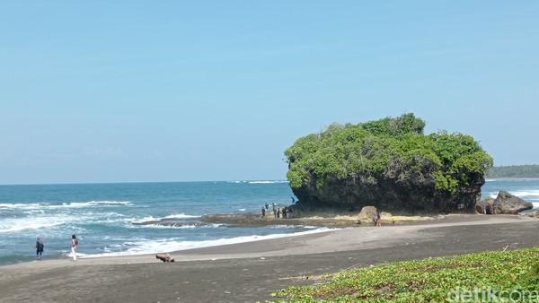 Salah satu destinasi yang bisa menjadi alternatif adalah pantai Madasari Kecamatan Cimerak Kabupaten Pangandaran.