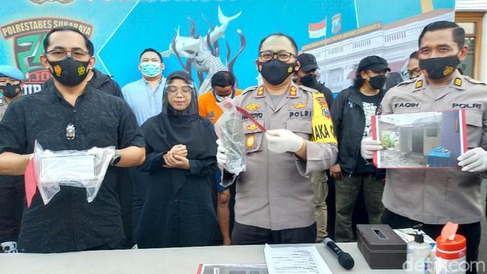 Seorang bocah di Surabaya menjadi korban penganiayaan tetangga baru hingga tewas. Polisi sudah menangkap pelaku di Tangerang, Banten.