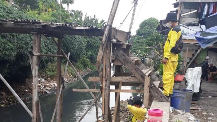 Perbaikan jembatan bambu di Kebon Jeruk yang reyot.